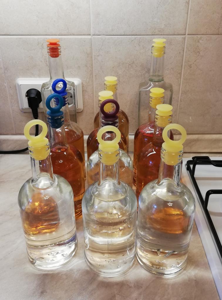 Бутылки, закупоренные пробками из пищевого силикона