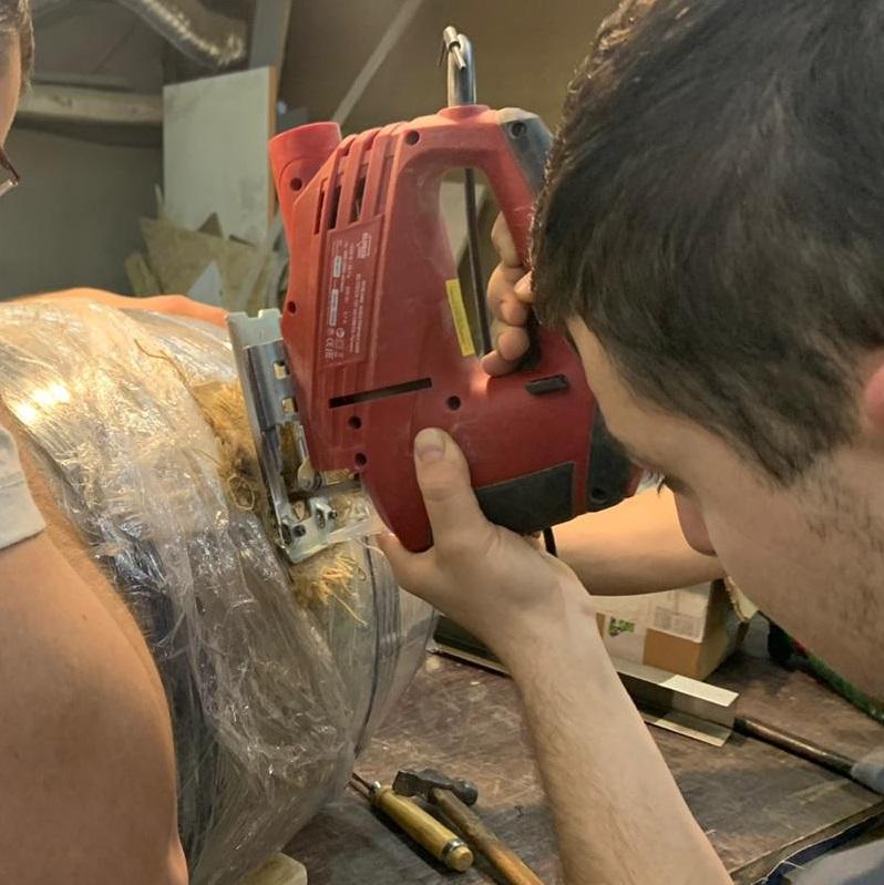 Вырезание лобзиком деревянной пробки из дубовой бочки